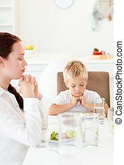 sien, peu, leur, mère, salade, cuisine, avant, garçon, concentré, prier, manger