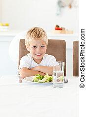 sien, peu, mignon, salade, cuisine, manger, garçon, table, déjeuner, prêt, séance