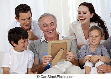 sien, regarder, grand-père, photo, famille