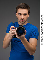 sien, tenue, gris, jeune, isolé, regarder, confiant, quoique, appareil photo, appareil-photo., mains, vous, homme