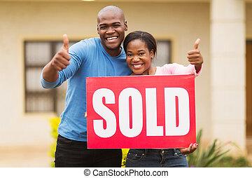 signe vendu, dehors, africaine, maison, couple