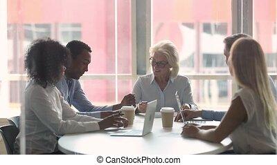 signer, business, femme affaires, contrat, africaine, associé, poignée main, heureux