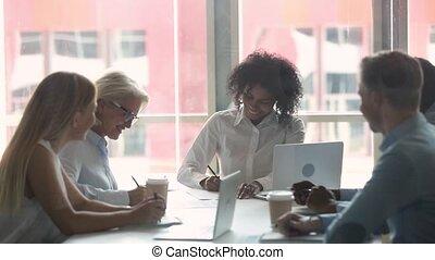 signer, business, secousse, contrat, poignée main, divers, mains, femmes affaires, heureux
