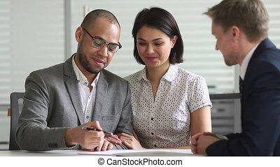 signer, couple, poignée main, contrat, directeur, banque, mélangé, prêt, ethnicité, heureux