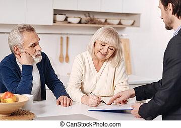 signer, documents, couple, optimiste, maison, personne agee