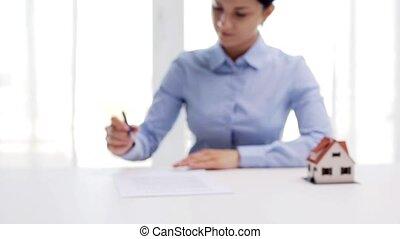 signer, femme, maison, contrat, stylo, modèle