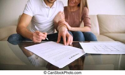 signer, hypothèque, couple, jeune, contrat, accord, heureux, investissement, étreindre