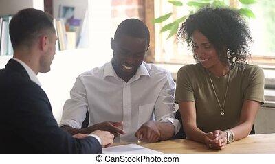 signer, obtenir, clés, maison, couple, contrat, africaine, nouveau, achat, heureux