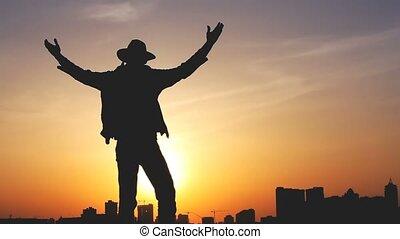 silhouette, contre, clair, ciel coucher soleil, homme, sac à dos