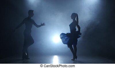 silhouette, enfumé, couple, danseurs, poser, professionnel, salsa, studio