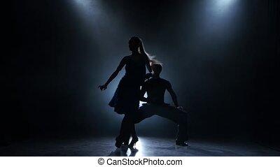 silhouette, enfumé, couple, danseurs, rumba, poser, professionnel, studio