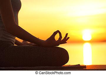 silhouette, femme, yoga, coucher soleil, pose, lotus