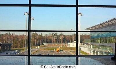silhouette, fenêtre, contre, aéroport, promenades, homme