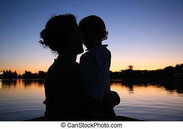 silhouette, mère, contre, coucher soleil, fond, enfant