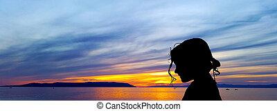 silhouette, mer, makarska, sur, -, jeune, adriatique, croatie, fond, coucher soleil, girl