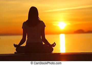 silhouette, vue, dos, coucher soleil, femme, yoga
