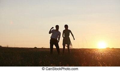 silhouettes, couple, jeune, danse