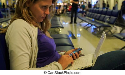 simultanément, ordinateur portable, aéroport, closeup, iphone, girl, travaux