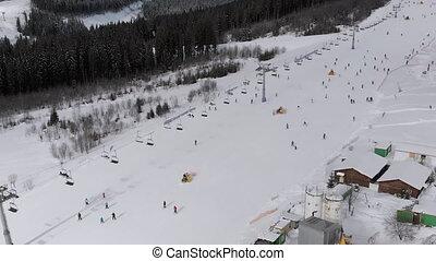 skieurs, bukovel, aérien, aller, pentes, ascenseurs, resort., vue, bas, ski