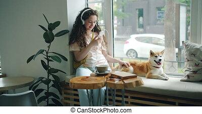 smartphone, écouteurs, chien, musique écouter, utilisation, girl, café