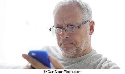 smartphone, appeler, 130, maison, homme aîné, heureux