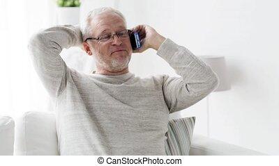 smartphone, appeler, 99, maison, homme aîné, heureux