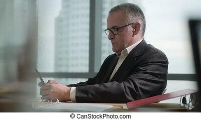 smartphone, bureau affaires, texting, coupure, pendant, message, homme