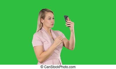 smartphone, chroma, lisser, écran, femme, vert, key., devant, blond