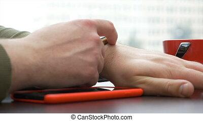 smartphone, coffeshop, montre, closeup, rouges, utilisation, homme, avoir, intelligent, vue
