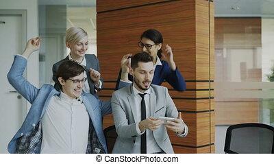 smartphone, groupe, bureau, business, photo, prendre, moderne, appareil photo, poser, portrait équipe, pendant, réunion, selfie, heureux
