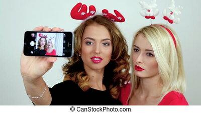 smartphone, images, prendre, filles, deux, selfies, photosession., studio, camera;, pendant, faire, femmes