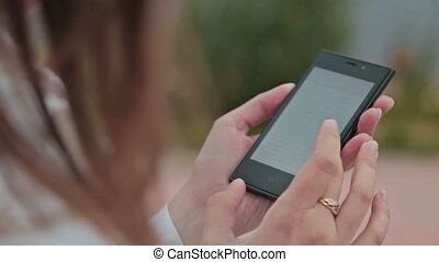 smartphone, mains haut, femme, utilisation, fin