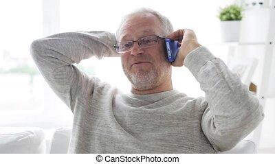 smartphone, maison appel, homme aîné, heureux
