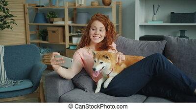 smartphone, prendre, chien, divan, aimable, appareil photo, utilisation, girl, silfie, heureux