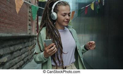 smartphone, punk, écouteurs, avoir, danse, ville, utilisation, amusement, porter, sans fil, rue, girl