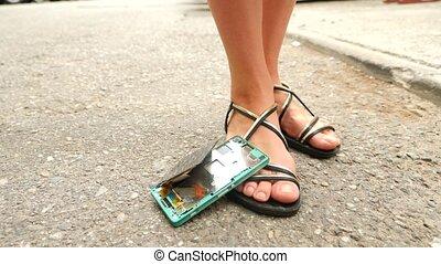 smartphone, rue, divisions, asphalte, parts., chutes, lent, 4k, movement: