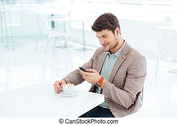smartphone, séance, jeune, quoique, dactylographie, homme affaires, sourire, message