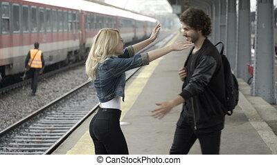 smartphone, sien, arrivant, selfie, jeune, lui, désireux, petite amie, train, rencontrer, conclusion, station, prendre, homme