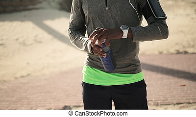 smartwatch, mid-section, utilisation, rue, homme