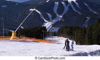 snowboarders, montagnes, recours, pente, jour, ski, ensoleillé, skieurs, neigeux, cavalcade