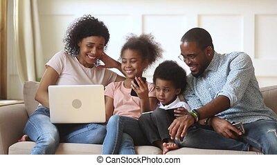sofa, ensemble, parents, appareils, africaine, utilisation, enfants, heureux