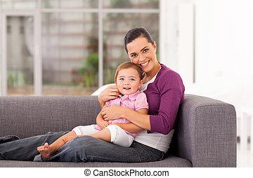sofa, heureux, fille, étreindre, mère
