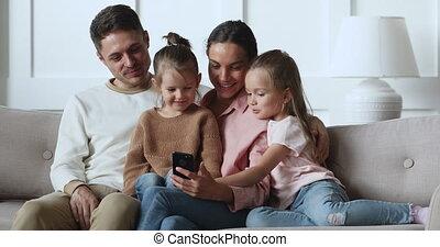 sofa, utilisation, parents, heureux, relâcher, smartphone, gosses, filles