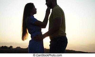 soleil, bien-aimé, romantique, gentil, étreint, contre, beau, baisers, soir, clair, amants, meadow., debout, toile de fond, nature., champ, abandonné, elle, sous, aimer, aube, couple., girl, deux