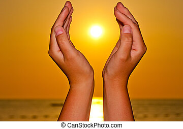 soleil, sur, femme, mer, mains