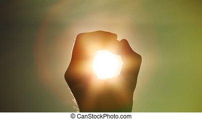 soleil, tient, poing, main