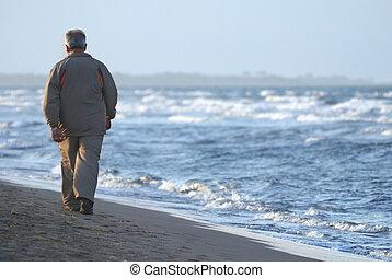 solitaire, plage, marche, homme, plus vieux