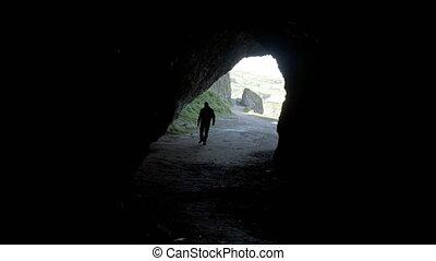 sombre, personne, marche, caverne, silhouette