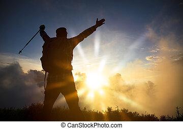 sommet montagne, homme, levers de soleil, regarder