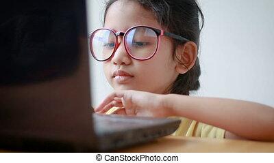 son, peu, ordinateur portatif, asiatique, utilisation, girl